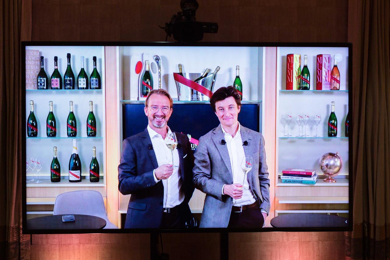 画像: 最高醸造責任者にローラン・フレネ氏(左)と「パスツール研究所」の脳神経学者のガブリエル・ルプゼ氏
