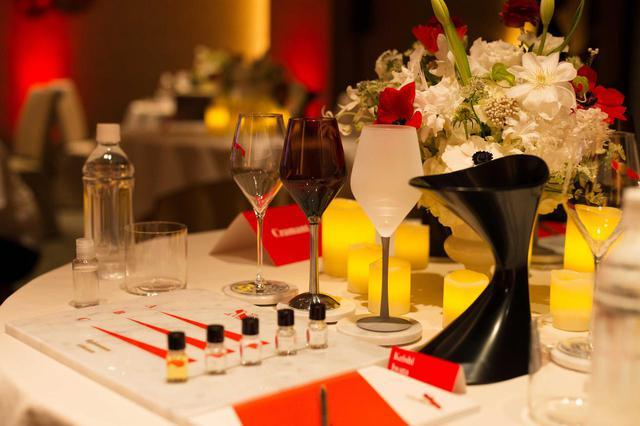 画像: 各ゲストの前に香りのテイスティングキットが用意され、小さいボトルに詰まったアロマを「香りの記憶」に刻んでいく