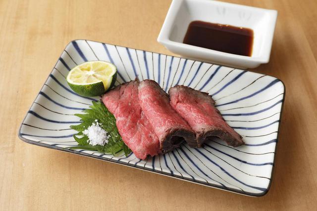 画像: 山形県産の牛モモ肉を使って絶妙な焼き加減に仕上げたローストビーフ。塩とすだち、または甘味のあるかえし醤油で