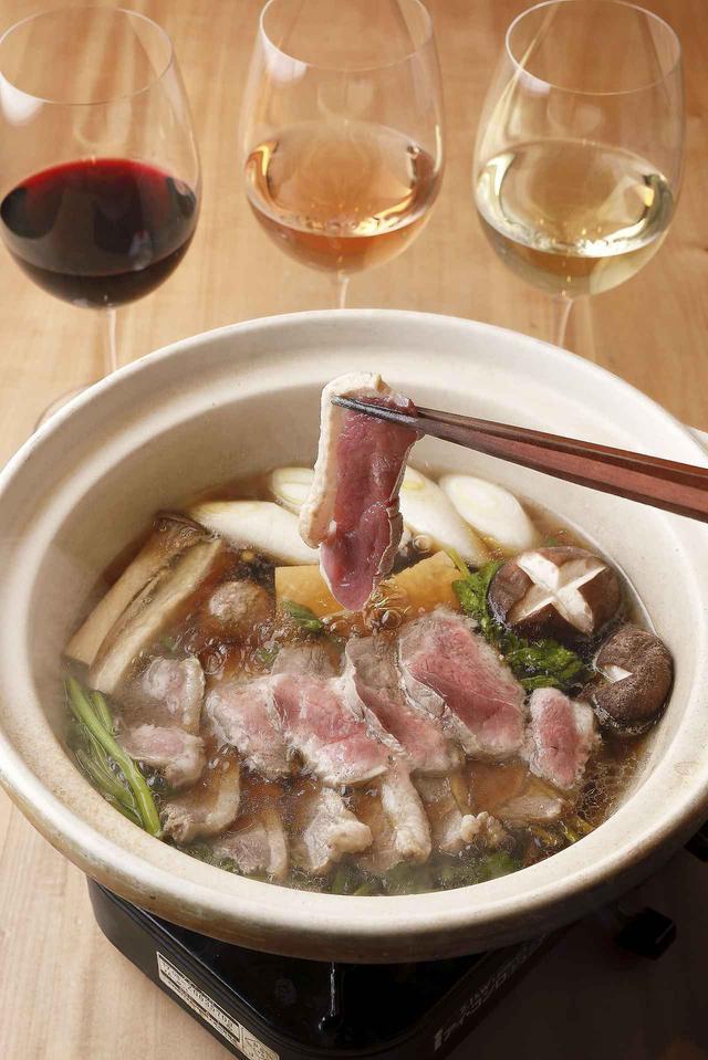 画像: サバ節でとったすっきりしただしにかえしで味をつけ、鴨肉、鴨と鶏の肉団子、ネギ、セリ、エノキ、豆腐、シイタケ、エリンギ、しらたきを入れる