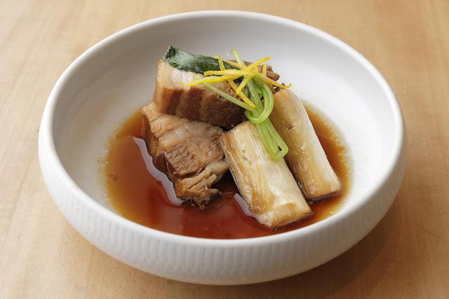 画像: 豚バラ肉をゆっくり煮てトロトロに仕上げた角煮。蕎麦ハチミツを使って甘味を加え、仕上げに柚子を散らした