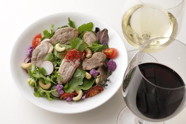 画像: 鴨、葉野菜、パクチーのシンプルなサラダを、ごま油とナンプラーをベースにしたドレッシングで。ワインと味をつなぐため、ドレッシングに煮切った赤ワインを少し加えた