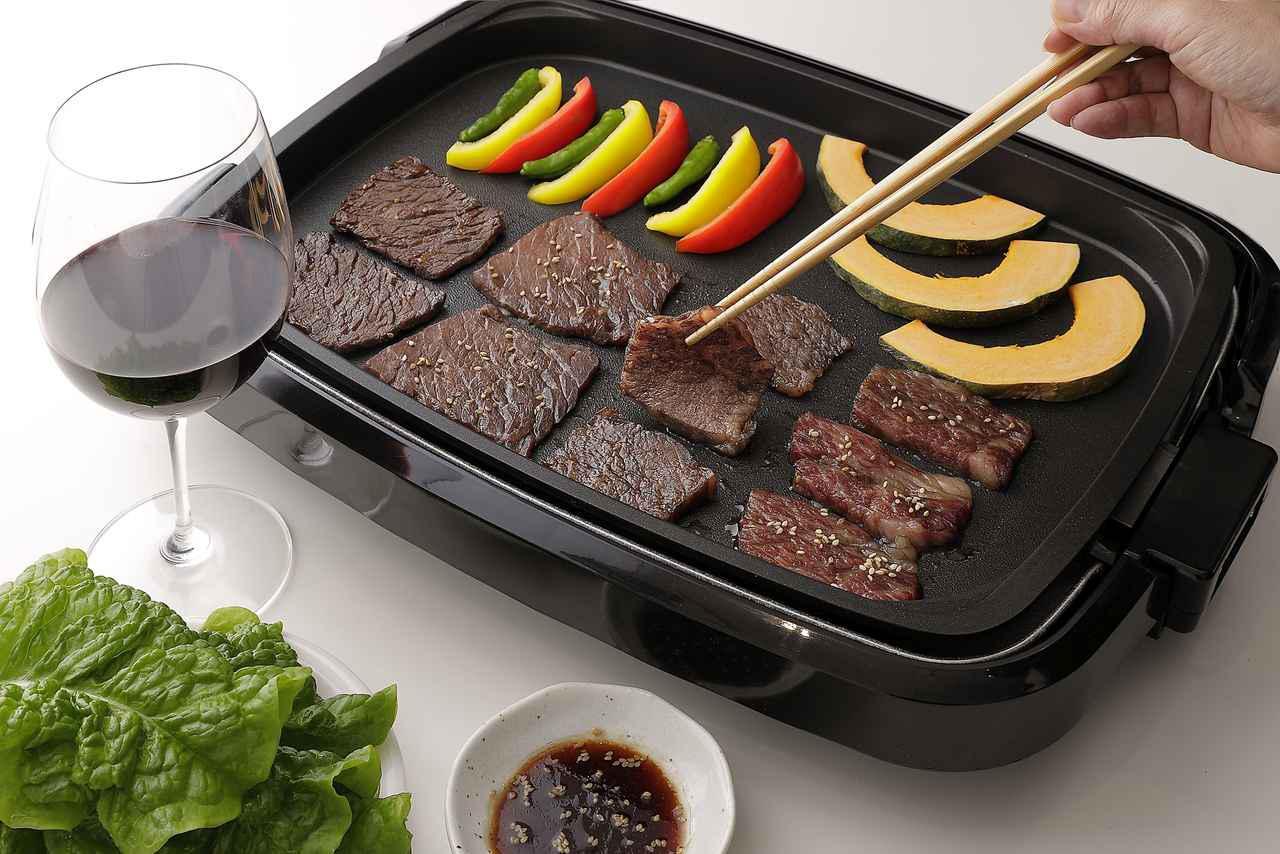 画像: ホットプレートでシンプルに作るファミリ―スタイルの焼肉。肉の漬けダレに赤ワインを少々加え、タレは市販のものにコチュジャンを少々加えて本格的な味に