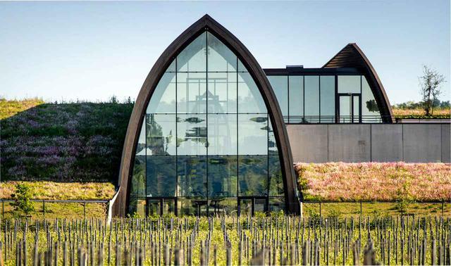 画像: 「カリヨン・ダンジェリュス」と「No.3 ダンジェリュス」を醸造するための新しい醸造所が2019年8月に、サンテミリオン村に近いサン・マーニュ・ド・カスティヨン村に建設された