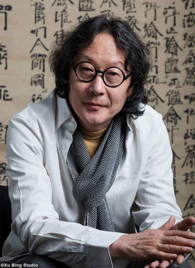 画像: 『シャトー・ムートン・ロスチャイルド 2018年』のラベルを製作した中国人デザイナー、徐冰氏