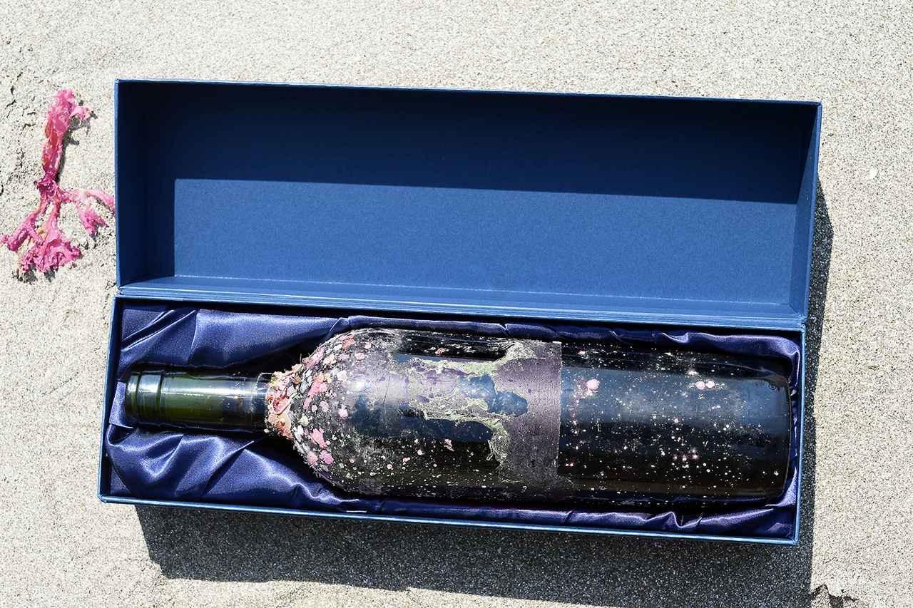 画像: ビジュアルアートのようなワインボトルは、ギフトにもぴったり
