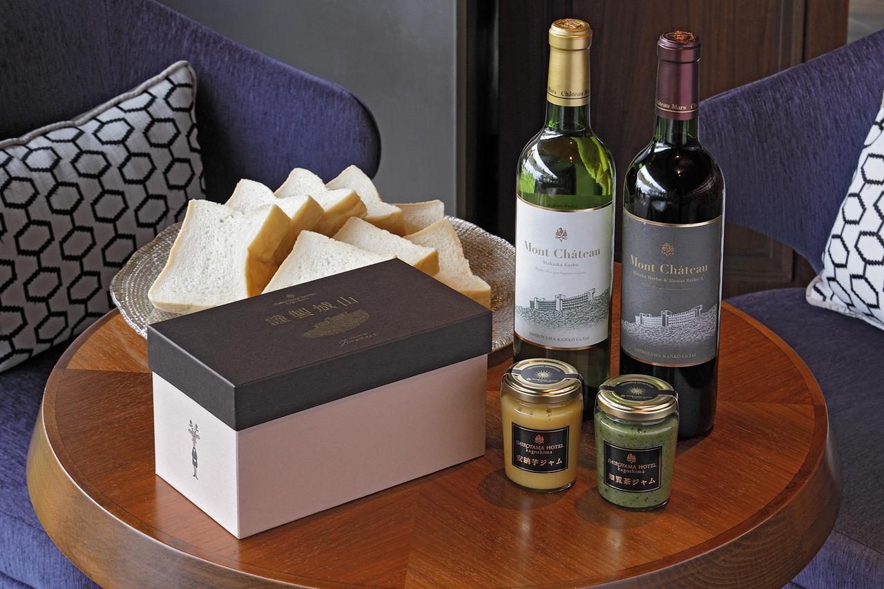 画像: 高級食パン「謹製城山」、城山オリジナルジャムなど、ホテルメイドのこだわりの品々がそろう。山梨県にある「マルス穂坂ワイナリー」と共同で造ったワイン『モン・シャトー』も。