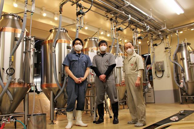 画像: 左から醸造スタッフの中村亮雄氏、西村之孝氏、醸造長の倉掛智之氏