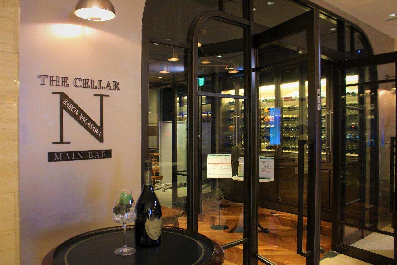 画像: ワインセラーが据えられた「ザ セラーNバロン・ナガサワ」の入り口