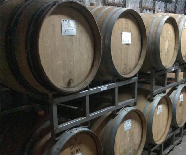 画像: 1984年に栃木県足利市で醸造開始した「ココ・ファーム・ワイナリー」のワイン樽。葡萄に化学肥料や除草剤を使わず、野生酵母や野生乳酸菌を使い、自然由来のものでワインづくりをしている
