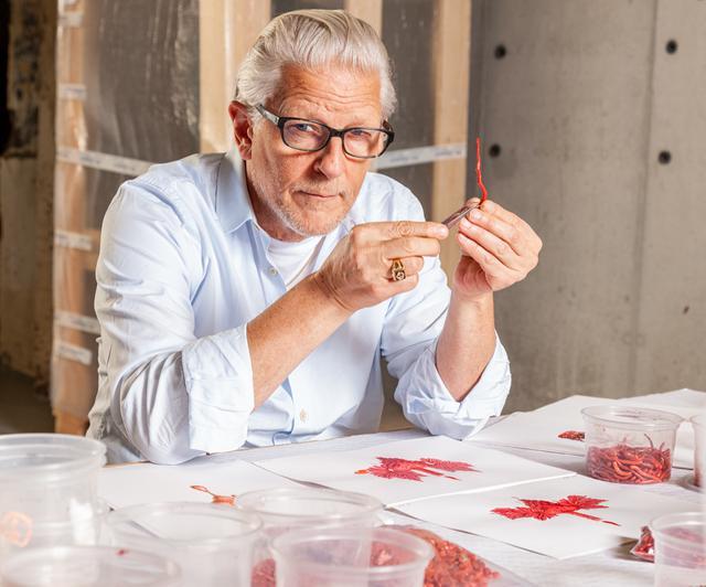 画像: ヤン・ファーブル Jan Fabre ベルギーの現代アーティスト。有名な昆虫学者 ジャン=アンリ・ファーブルは曾祖父に当たる。独自のクリエイションを発揮するアーティストとして、現代美術の世界で高い評価を得ている。舞台芸術、文学、象徴主義を通して異なる分野の芸術を融合させ、斬新な視点の作品を生み出す