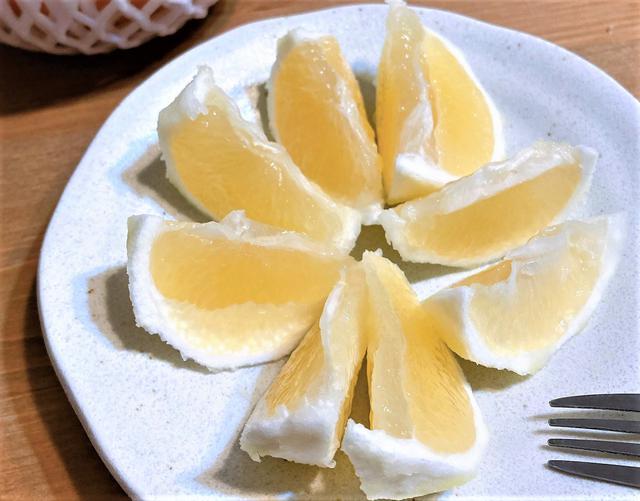 画像: 握りこぶし大のサイズで果皮は明るい黄色、厚みのある白いワタごと食べるのが特徴の「日向夏」