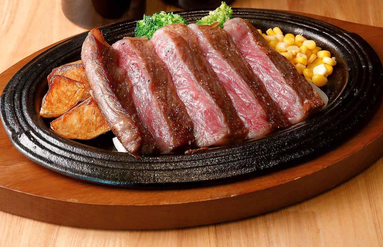 画像: 「静岡育ち牛」雌牛A5ランクのサーロインステーキ200gを淡路島産玉ねぎの特製ソースで。「ワインがもつ余韻に続く甘い香りと肉の甘味がお互いを引き立て合います」(はっしー氏)