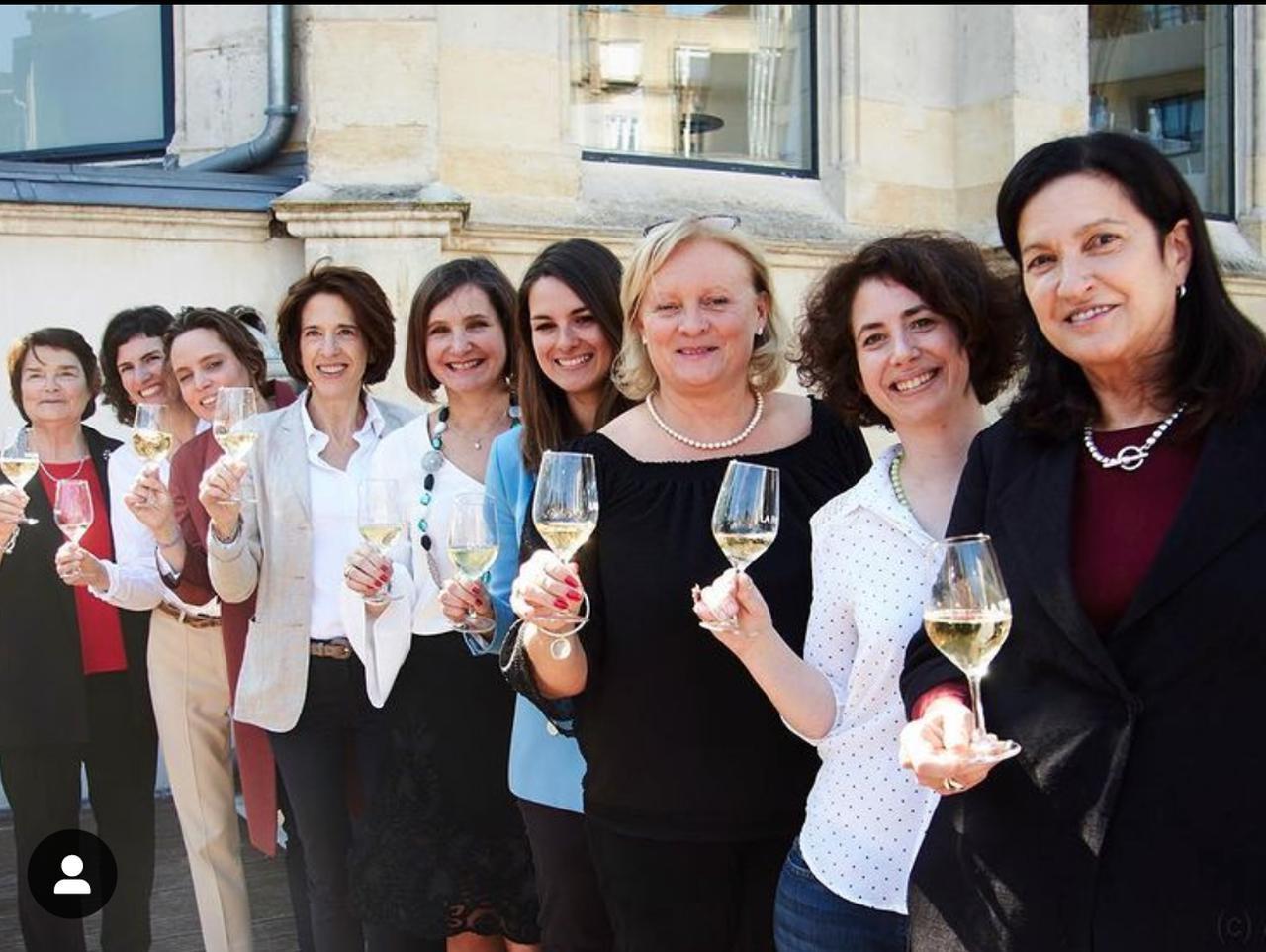 画像: 「ラ・トランスミッション」の9人の女性。 左から、エヴリン・ボワゼルさん(シャンパーニュ・ボワゼル)、アリス・パイヤールさん(シャンパーニュ・ブルーノ・パイヤール)、ヴィタリー・テタンジェさん(シャンパーニュ ・テタンジェ)、アンヌ・マラサーニュさん(シャンパーニュ・AR ルノーブル)、シャンタル・ゴネさん(シャンパーニュ・フィリップ・ゴネ)、シャルリーヌ・ドラピエさん(シャンパーニュ・ドラピエ)、デルフィーヌ・カザルさん(シャンパーニュ・クロード・カザル)、メラニー・タルランさん(シャンパーニュ・タルラン)、マギー・エンリケスさん(シャンパーニュ・クリュッグ)