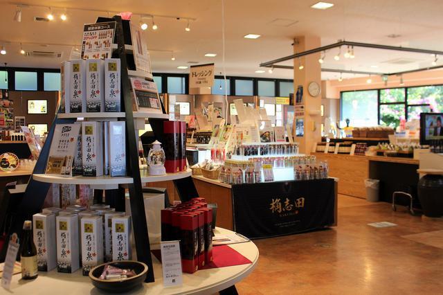 画像: 1階にある売店では黒酢ドリンクのほか、黒酢を使ったドレッシングや菓子などを販売