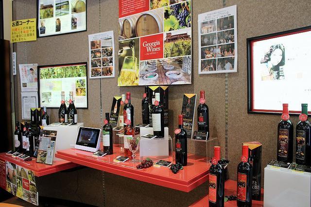 画像: 1階の売店とオンラインストアでは、特徴的な味わいの壷づくり製法ワイン以外にも、デイリーで飲みやすいジョージア産ワインを販売