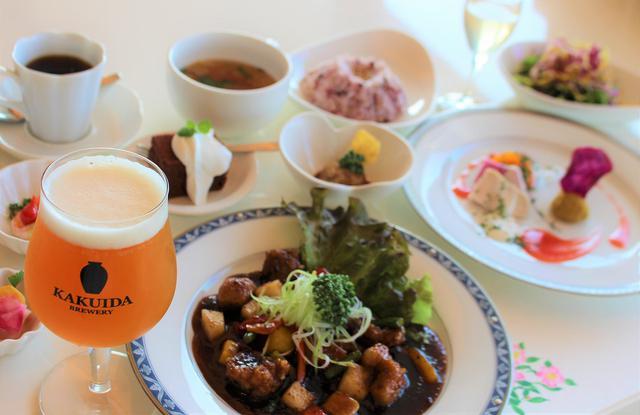 画像: レストランの一番人気は黒酢を使った酢豚ランチ。クラフトビールとの相性も抜群