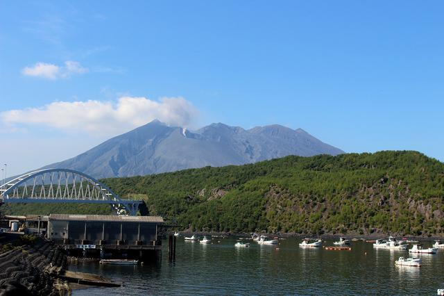 画像: 噴煙をあげる桜島は鹿児島のシンボルだ
