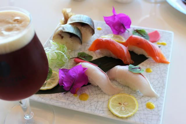 画像: 黒酢もろみを食べて育った鯖と鰤、数々の神話が残る霧島で育ったサーモンなど、寿司のネタにもひと工夫あり