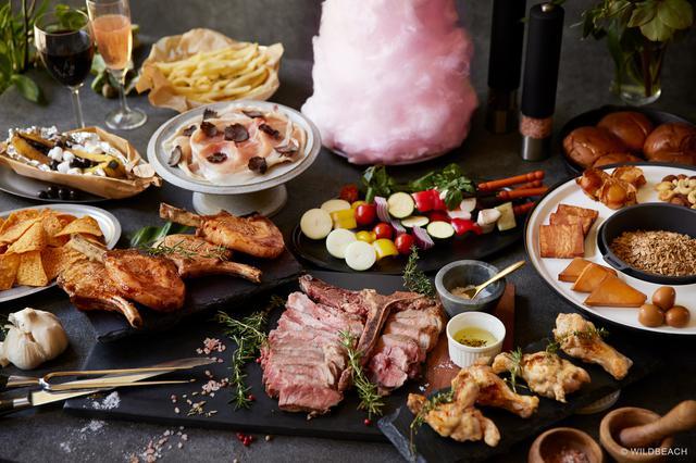 画像: Tボーンステーキを中心に肉料理が並ぶ。高さ40センチのファイヤーコットンキャンディも圧巻