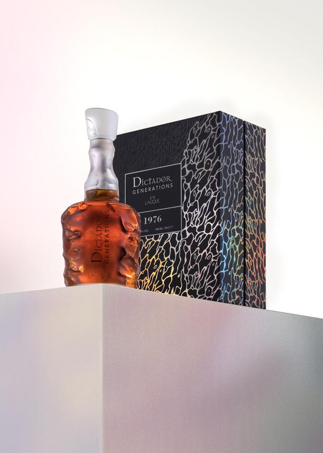 画像: 『ディクタドール・ジェネレーションズ・アン・ラリック』底に手彫りのシリアルナンバー入り。世界300本限定専用のプレゼンテーションケースに収められている