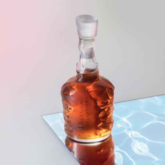 画像: 波をイメージしたパターン。ラム酒の琥珀色は、まさに日没のカリブ海のよう
