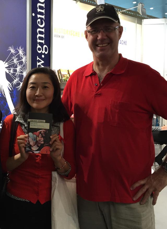 画像: 森本智子さん(左)と著者のギュンター・テメスさん(右)。『Der Bierzauberer』は本国でシリーズ化されており、5冊まで刊行中。森本さんが手に持っているのは2冊目の『Erbe des Bierzauberers』だ