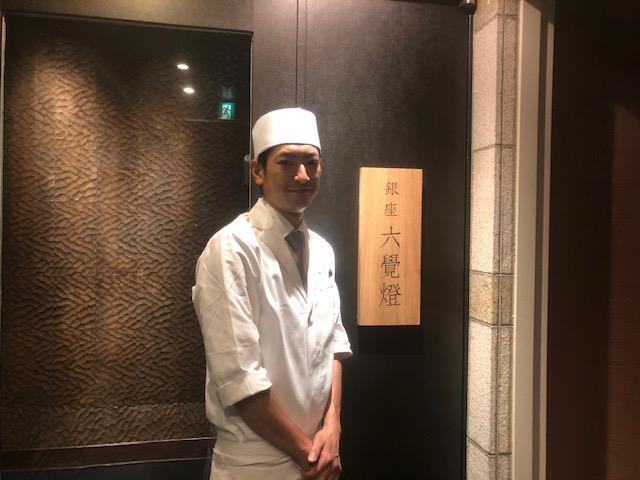 画像: 総料理長の緒方勇幹氏。元気よく串揚げを目の前で揚げてくれる