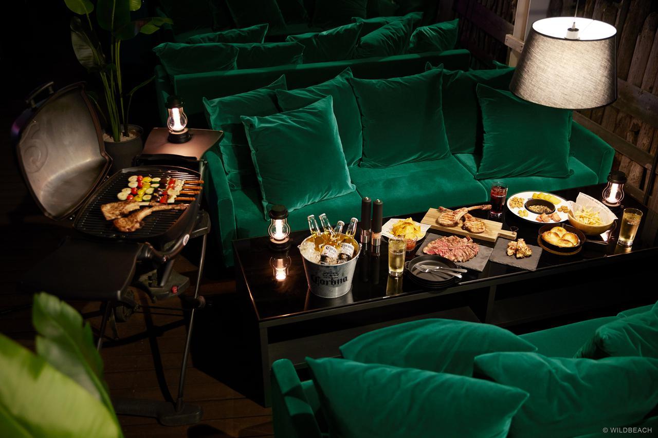 画像: 夜になるとテーブルの照明が点灯し、料理を楽しむ時間に没入