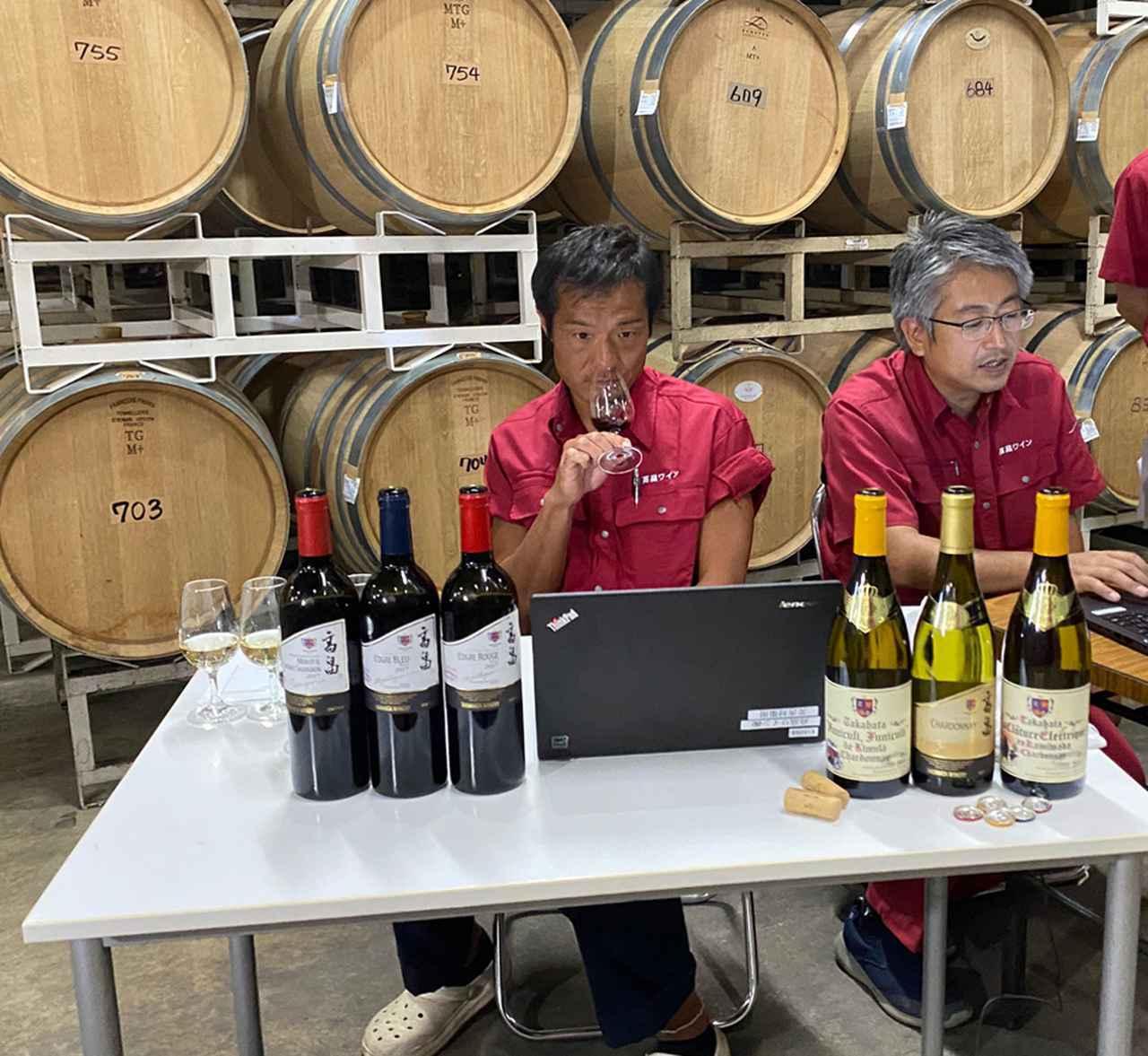 画像: セラーで試飲をする醸造責任者の松田旬一氏(左)、営業部の木村英男氏