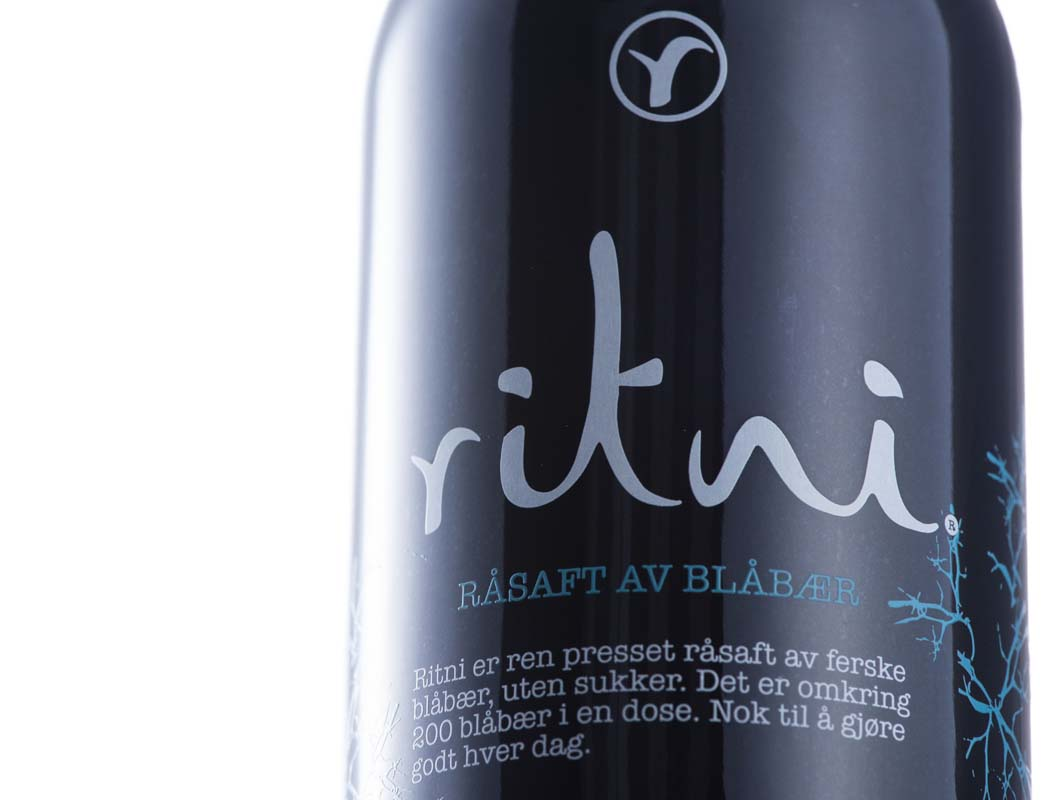 画像: リトニ ビルベリージュースの外観は光を透過せず、真っ黒。注ぐと赤ワインのような液色だ
