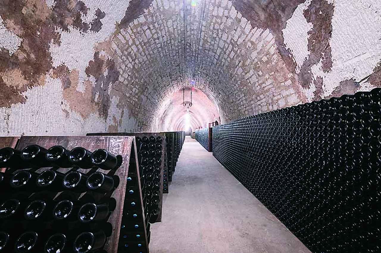 画像: シャンパーニュ地方で最も深い、地下約30メートルにあるセラー。3階構造となっており、ゴシック、ロマン、ルネサンスの特徴的な三つのスタイルのアーチがある