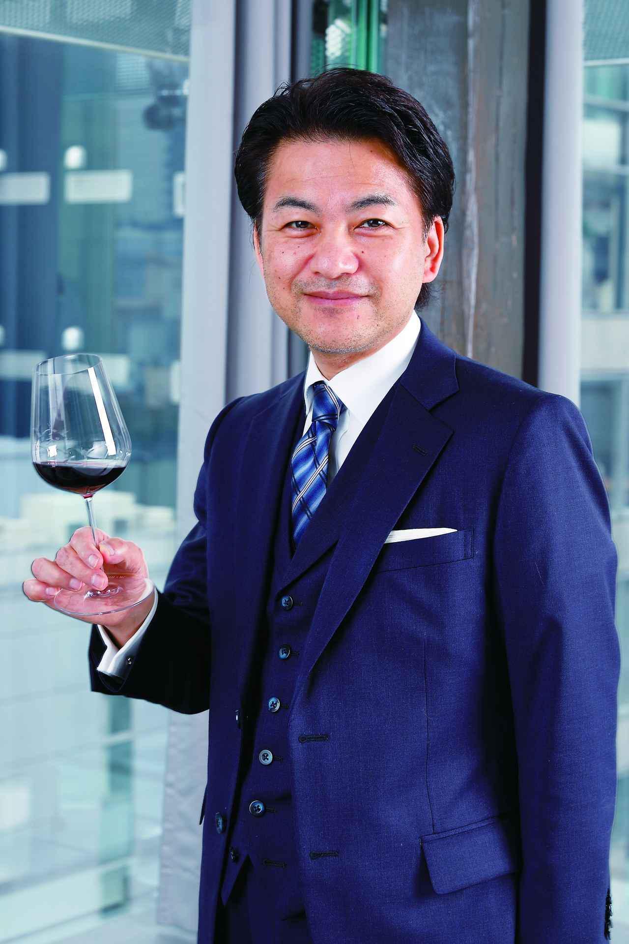 画像: 「エスキス」総支配人 若林英司氏 ブルゴーニュの赤ワインを『ザ・ジャンシス・ロビンソ ン ワイングラス』に注ぎ、自然光の下で検証。「液体の 透明な部分から色の濃い部分まで、グラデーションが 非常にきれいに見えます。ワインが減ってもグラスの 中で酸化が進まない印象です」と話す
