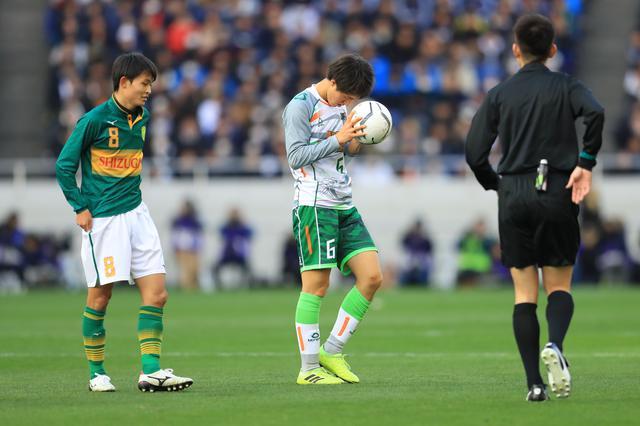 画像: ボールを拾いあげた古宿は、目を閉じて祈った(写真◎福地和男)