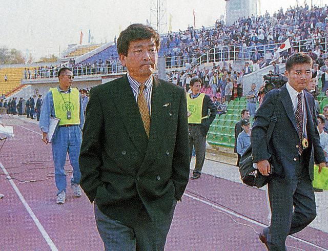 画像: カザフスタンと引き分け、厳しい表情で引き揚げる加茂監督。この4時間半後に更迭された(写真◎BBM)
