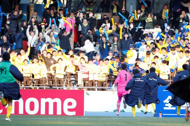 画像: 10人目を止めて勝利を引き寄せた佐藤は、逆サイドのスタンドまでダッシュ。歓喜に沸く応援団の下に駆け寄った(写真◎近藤俊哉)