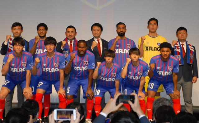 画像: 新加入選手、新スタッフと長谷川監督(後列左から3人目)、大金社長(同4人目/写真◎BBM)