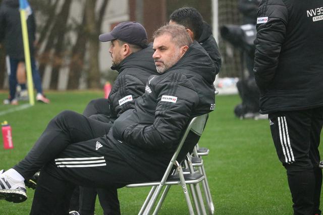 画像: 降りしきる雨の中、試合を見つめるポステコグルー監督(写真◎サッカーマガジン)
