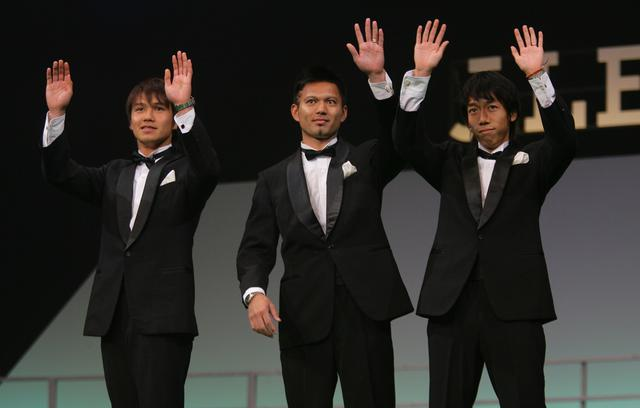 画像: 2006年にはJリーグベスト11に選ばれた。川崎Fのチームメイト、我那覇和樹(中央)、中村憲剛(右)とともに歓声に応える(写真◎J.LEAGUE)