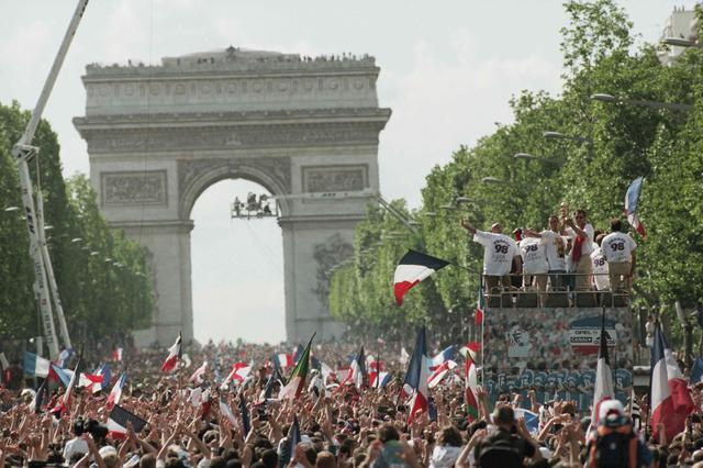 画像: 大勢の国民がシャンゼリゼ通りを埋め尽くし、フランス代表とともに勝利を祝った(写真◎Getty Images)