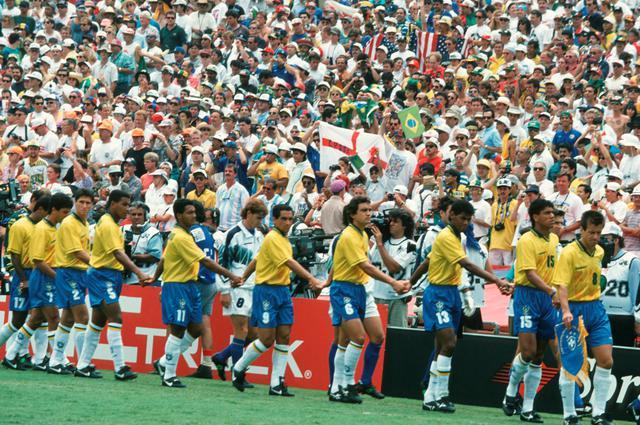 画像: ブラジル代表は手をつないで入場。94年当時、大きな話題になった(写真◎Getty Images)