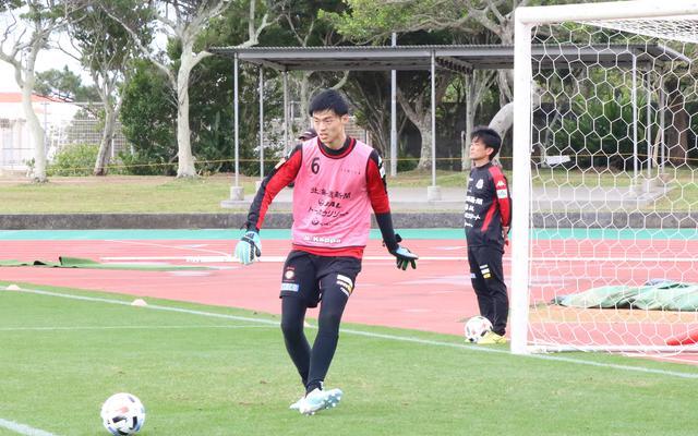 画像: ハイボールの処理に優れるのはもちろんのこと、足元の技術も高い(写真◎北海道コンサドーレ札幌)