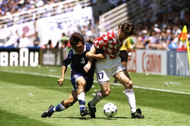 画像: グループステージ第2節では日本と対戦し、シュケルの得点により1-0で勝利。写真は名良橋と競り合うヤルニ(写真◎Getty images)