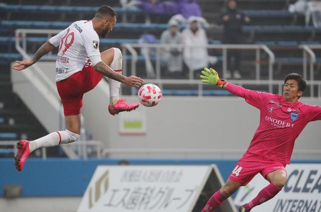 画像: D・ヴィエイラ、L・ペレイラ(写真左)のゴールで横浜FCを破った広島(写真◎J.LEAGUE)