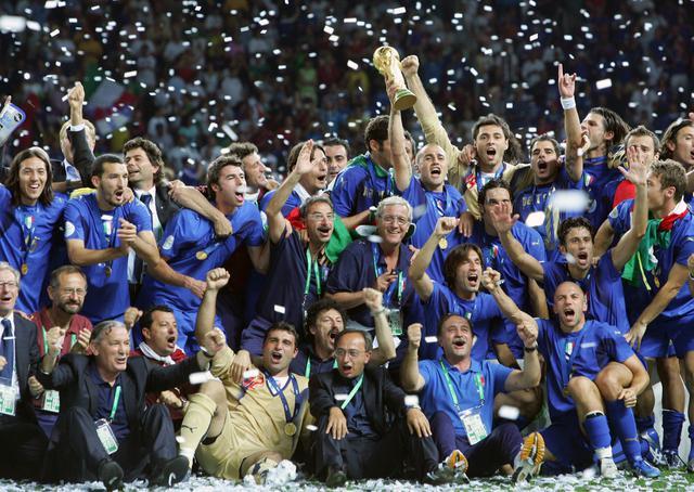 画像: 歓喜に酔いしれるイタリアの選手とスタッフ(写真◎Getty Images)