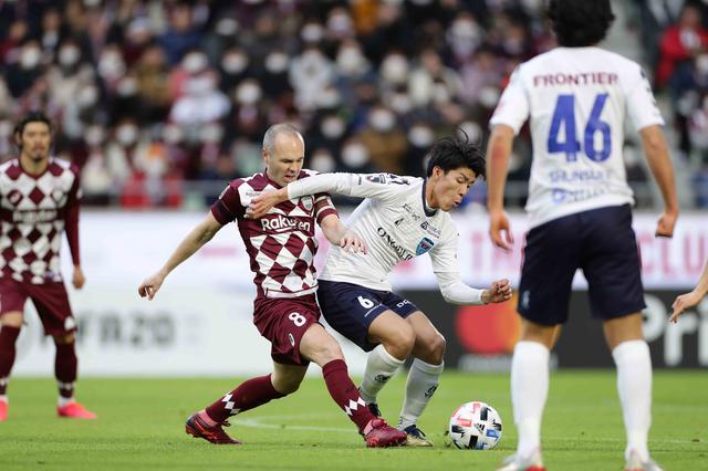画像: 神戸のイニエスタと競り合う横浜FCの瀬古樹(右)。試合は引き分けで決着した(写真◎J.LEAGUE)