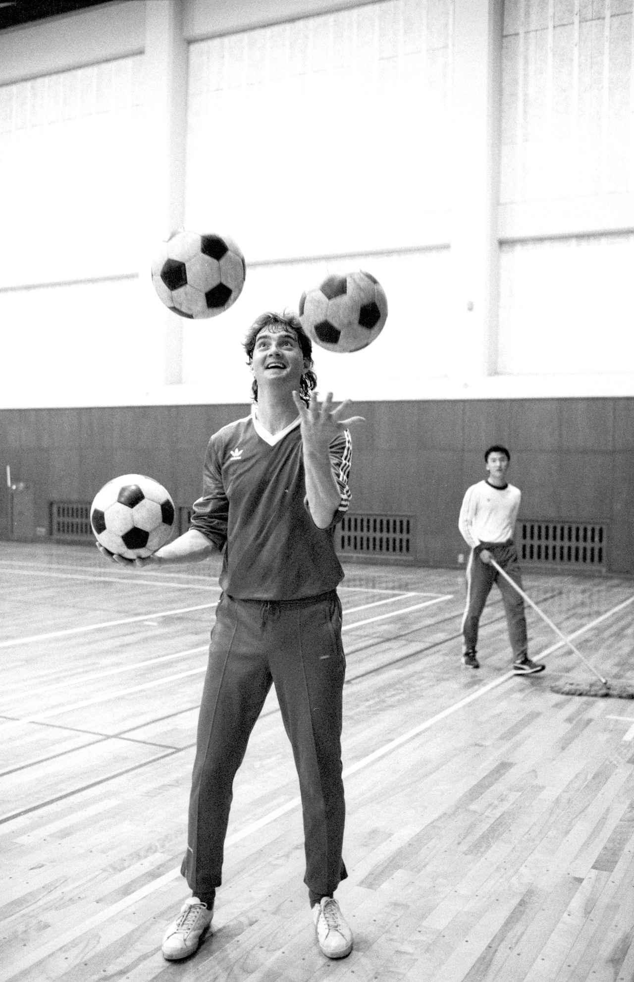 Images : 2番目の画像 - 当時のJSLでは珍しい190センチを超える高身長DFだったウエイト(写真◎BBM) - サッカーマガジンWEB
