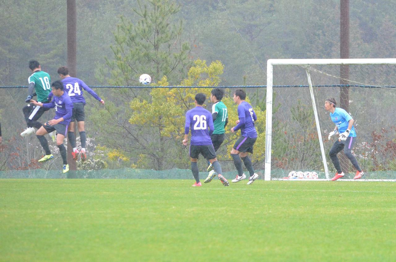 Images : 1番目の画像 - 打点の高いヘッドで同点ゴールを決めた西山(写真◎石倉利英) - サッカーマガジンWEB