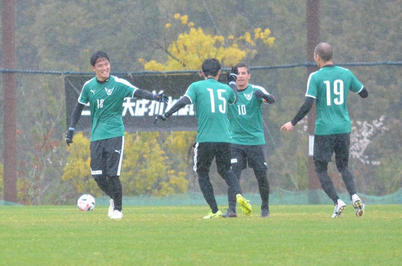 Images : 2番目の画像 - 打点の高いヘッドで同点ゴールを決めた西山(写真◎石倉利英) - サッカーマガジンWEB