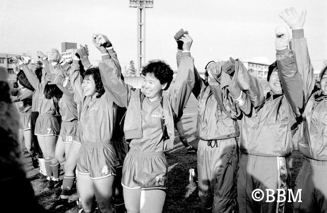 画像: この年にスタートした日本女子リーグは6チームの総当たりで行なわれ、清水FCが優勝。MVPは清水の半田悦子が受賞(アシスト王も)。得点王にも同じ清水の周台英が輝いている(写真◎BBM)